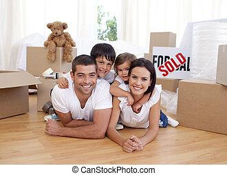 Glückliche Familie nach dem Kauf eines neuen Hauses.