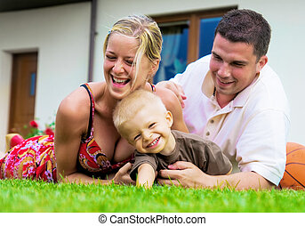 Glückliche Familie vor dem Haus