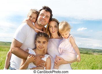 Glückliche junge Familie mit drei Kindern.