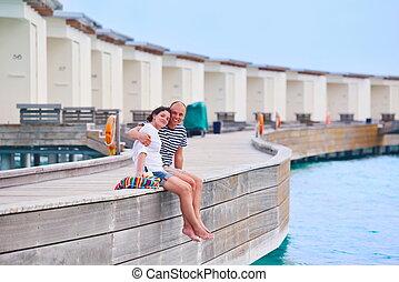 Glückliche junge Paare haben Spaß am Strand.