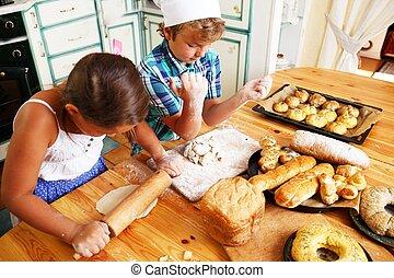 Glückliche Kinder, die hausgemachtes Gebäck kochen.