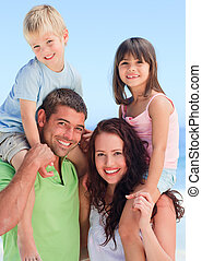 Glückliche Kinder, die mit ihren Eltern spielen