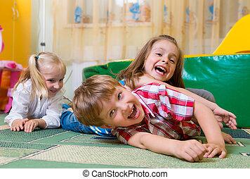 Glückliche Kinder haben Spaß zu Hause