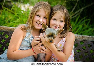 Glückliche Kinder mit ihrem Haustier
