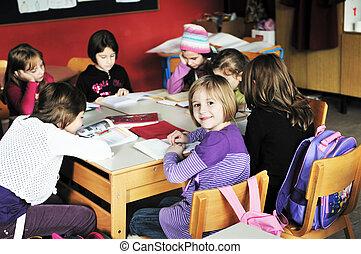 Glückliche Kinder mit Lehrer im Klassenzimmer.