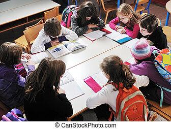 Glückliche Kinder mit Lehrern in der Schule