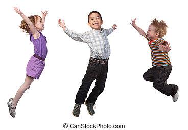 Glückliche Kinder springen