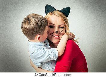 Glücklicher Junge mit Mama, der Spaß hat.