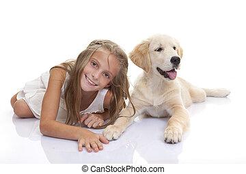 Glückliches Kind mit Hundehund.
