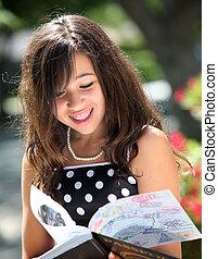 Glückliches Mädchen mit einem Buch