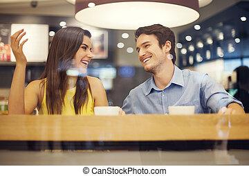 Glückliches Paar, viel Spaß im Café