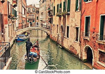 Gondel auf Kanal in Venice