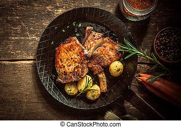 Gourmet-Mahl mit marinierten Schweinsschnitten.