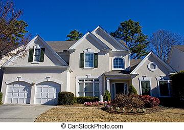 Graues Haus am blauen Himmel