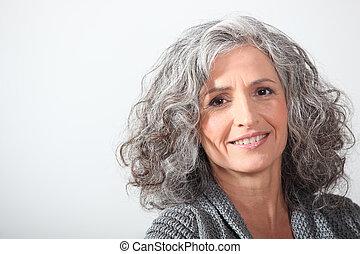 Grauhaarige Frau im weißen Hintergrund