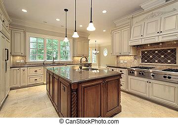 Große Küche mit Holzschrank