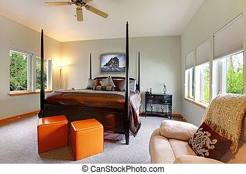 Großes helles, modernes Schlafzimmer-Design mit Postbett.