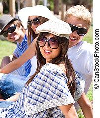 Gruppe der lächelnden jungen Studenten
