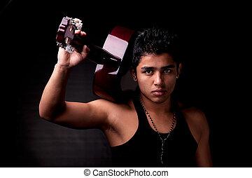 Hübscher, sexy, junger Latin-Mann, Musiker, ein Gitarrenporträt auf Schwarz