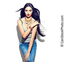 Hübsches Model-Mädchen mit langen geraden, fliegenden Haaren.