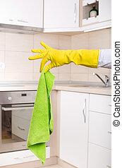 Hand mit schmutzigem Mopp in der Küche.