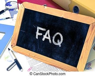 Handgezeichnetes FAQ-Konzept auf kleinen Tafeln.