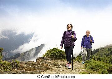 Happy asian Senior Paar Wandern auf dem Berg.