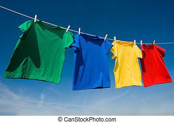 hauptsächlich, gefärbt, t-shirts, wäscheleine
