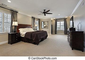 Hauptschlafzimmer mit dunklen Holzmöbeln