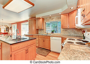 Helle Küche mit Eichenholzschrank