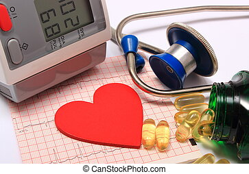Herzform auf Elektrokardiogramm, Blutdruckmonitor, Stethoskop.