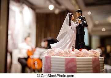 Hochzeitskuchen mit Paaren.