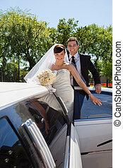 Hochzeitspaar mit Limousine