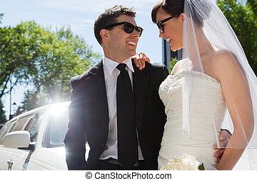 Hochzeitspaar mit Sonnenbrille