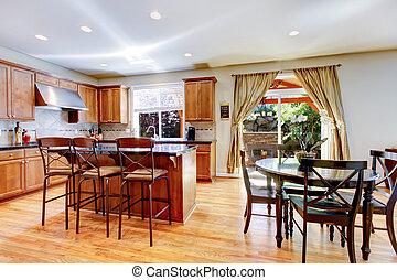 Holzklassiker, große Küche mit Granitinsel.