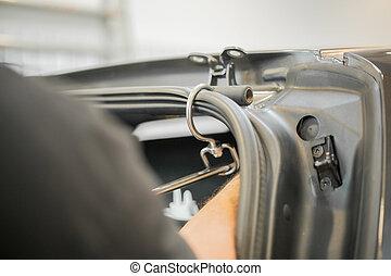 Ich repariere Dellen in einem Auto.