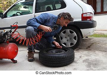 Ich untersuche den Reifendruck