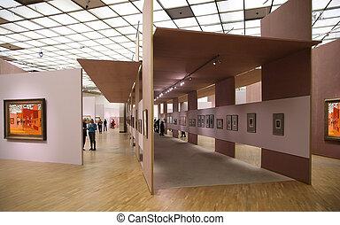In der Kunstgalerie 2. Alle Bilder an der Wand haben das ganze Foto gefiltert