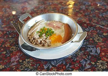 Indochina pan-gebratenes Ei mit Toppings.
