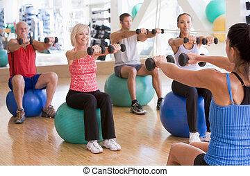 Instructor macht Sportunterricht im Fitnessstudio