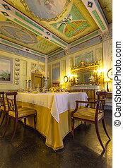 Italien, historisches Speisezimmer im tuscanischen Stil in einem Museum in volterr.