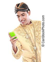 java, beweglich, traditionelle , telefon, klage, gebrauchend, mann