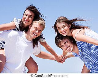 Junge Männer und Frauen hupen und haben Spaß