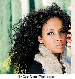 Junge schwarze Frau, Model der Mode