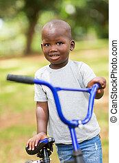 junge, wenig, seine, draußen, fahrrad, afrikanisch