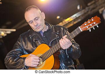 junger, akustisch, spielende gitarre, mann
