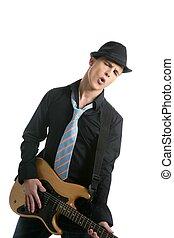 Junger sexy männlicher Gitarrenspieler, Krawatte und schwarzer Hut
