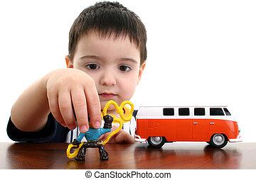 Junges Kind spielt Spielzeug