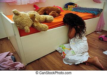 Junges Mädchen leidet an häuslicher Gewalt