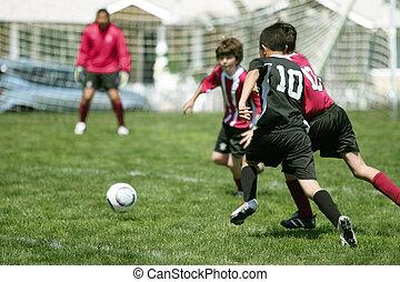 Jungs spielen Fußball
